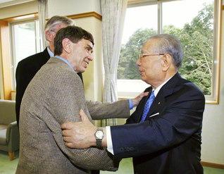 デューイ研究の第一人者であるジム・ガリソン博士と。人間の可能性を開く教育について語り合った(2008年8月、長野研修道場で)