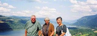 ル=グウィン夫妻と清水さん㊨。2003年8月、ポートランドで(清水さん提供)