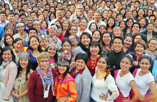ペルーで初開催となった南米教学研修会。8カ国から集い合った300人の求道の友が誓いも新たに(先月27日、首都リマのペルー文化会館で)
