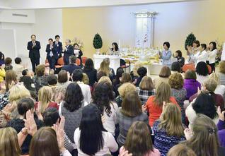 晴れやかに行われた、アルゼンチン創価女性平和会館の開館式(8月20日、首都ブエノスアイレスの同会館「カネコ・イケダ希望の間」で)。奥には、師弟不二の象徴の美しい真っ白な仏壇が