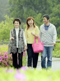 """本年1月に夫・勝さん㊨が、先月には義母・君枝さん㊧が入会。結婚生活27年を経て、高畑さん㊥は家族で広布の活動に励める""""人生の春""""を迎えた"""