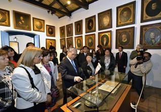 南米訪問団一行が、アルゼンチンの独立宣言が調印された「歴史の家」を見学。同国200年の歴史に思いをはせた