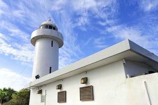沖縄本島の北の沖に浮かぶ伊平屋島の北端に立つ灯台(沖縄県伊平屋村)=九州支社