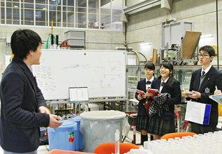 「水文学」の最先端の研究を行う実験施設を見学(21日、東北大学で)