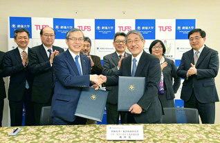 東京外国語大学の立石学長(前列右)と創大の馬場学長(同左)が協定書に署名し、記念撮影(創大中央教育棟で)