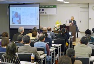 講演する川窪名誉教授。活発な質疑応答も行われた
