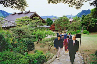 東京・青梅市にある吉川英治記念館を訪れた池田先生ご夫妻。吉川文子夫人らと懇談した。池田先生は、この日の来館を記念し、「嬉しくも ついに来りし 草思堂」と詠んだ(1987年5月1日)