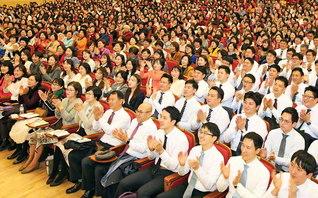 盛大に行われた韓国の本部幹部会。参加者は「広布の熱気に満ちた集いに奮い立ちました。新入会の友と共に、地涌の陣列を築きます!」等と決意を(首都ソウルの池田記念講堂で)