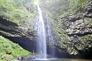 中国地方随一の名瀑ともたたえられる「龍頭が滝」の雄滝。裏側には岩窟があり、「裏見の滝」を眺めることもできる(島根県雲南市)