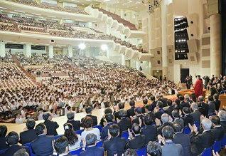 創価栄光の集いで記念講演する李元首相。終了後、集いの模様を述懐し、「学生たちの団結の姿、そして創立者を心から尊敬する姿に深い感銘を受けました」と(7日、創大記念講堂で)