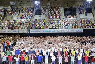 青年大会の全出演者によるフィナーレの合唱。常勝後継の誓いを込めて、学会歌を歌い上げた(ワールド記念ホールで)