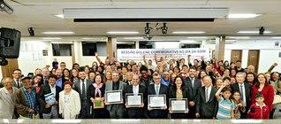 ジアデマ市の慶祝議会は「市のブラジルSGIの日」を記念して。出席者が記念のカメラに納まった(市議会議場で)