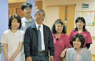 デイサービスセンターのスタッフと共に(左から3人目が陶久さん)。施設の雰囲気は、とても和やかだ