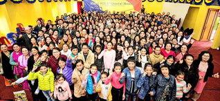 さあ、明「世界広布新時代 栄光の年」に向けて前進を!――ネパールSGIの総会に参加した友が喜びのカメラに(ネパール平和会館で)