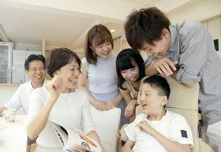家族の笑顔の中心には、いつも悠紀さん(手前右)がいる(左から夫・修身さん、稲葉さん、長女・藍さん、次女・聖さん、長男・大和さん)