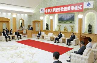 """台湾・中華大学からの「名誉教授」称号授与式。劉学長は""""全人類の平和・文化・教育に貢献する池田先生の歩みに連なりたい""""との真情を述べた(創大本部棟で)"""