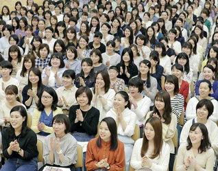 「7・19」女子部結成記念日へ、誓いの青春を駆けよう(先月9日、埼玉文化会館で行われた総埼玉女子部の華陽講義)
