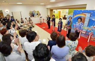 「7色に輝く女性展」の開幕式。NPO法人「杉原千畝命のビザ」の杉原美智顧問(右から2人目)、東京富士大学の二上映子理事長(同3人目)、アジア婦人友好会の中曽根真理子副会長(同4人目)らがテープカット(創価世界女性会館で)