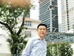 世界有数のビジネス先進国シンガポールのオフィス街を背景に