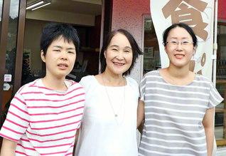 夫の遺志を継ぎ、「かねとうパン店」を守る兼藤富慈子さん㊥。長女の美由紀さん㊨、三女の真理恵さん㊧が店を手伝っている。義理の祖父母の代から続く店は明年、創業100周年を迎える