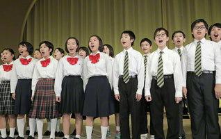 富士中学生合唱団が「ウィ・シャル・オーバーカム」などを爽やかに歌い上げた(14日、東京戸田記念講堂で)