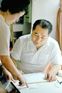 師匠のために、同志のために――激務の合間を縫ってペンを執る池田先生。その言論闘争を香峯子夫人も支え続けてきた(1979年7月、静岡研修道場で)