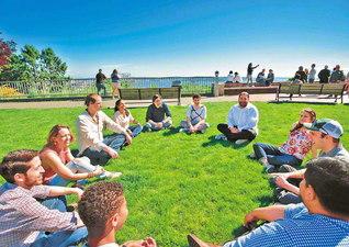 仲良く、楽しく、朗らかに! 座談会こそ広布の原動力!――アメリカSGI青年部が青空座談会を(2017年5月、アメリカ・シアトルで)