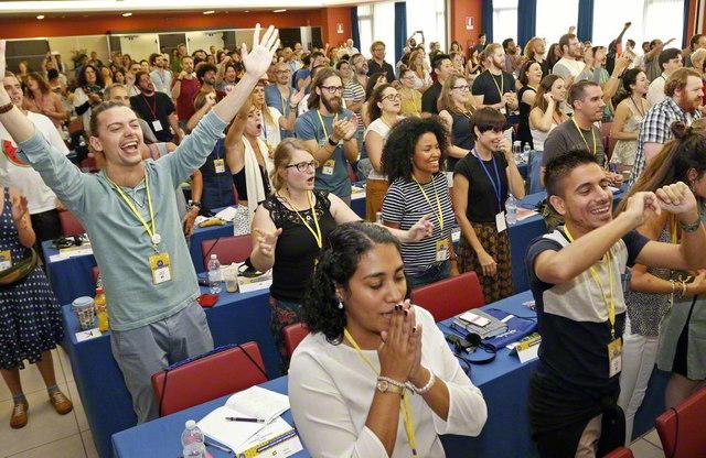 「ワン・ヨーロッパ! ウィズ・センセイ!(欧州は一つ! 池田先生と共に!)」の心で、世界広布を誓い合った欧州青年教学研修会(イタリア・ミラノ郊外で)