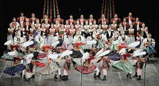 ポーランド国立民族合唱舞踊団「シロンスク」。力強い合唱とダンス、華やかな民族衣装がステージを彩る