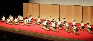 「全国高等学校総合文化祭優秀校東京公演」に出演した関西創価高校の箏曲部。息の合った美しい演奏に喝采が送られた(東京・国立劇場で)