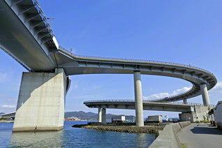 のどかな景観の牛深港に架かる「牛深ハイヤ大橋」は全長883メートルで、県内最長を誇る(熊本県天草市)=九州支社