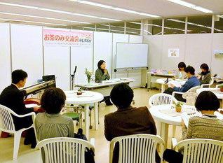 静岡県に避難した人々との交流会で話す筆者(2012年2月、静岡市内)
