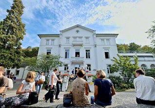 ヴィラ・ザクセン総合文化センターで行われた「オープンデー」には、多くの市民が集った