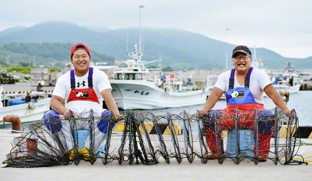 沖での仕事を終えた藤野さん㊨と息子の海さん。ひと息つくと翌日の準備、籠や網の修理など陸での作業が待っている