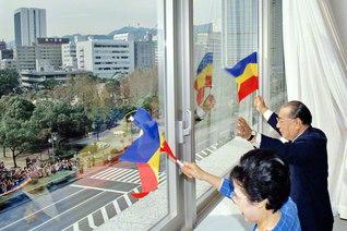 三色旗を掲げ、友に万感のエールを送る池田先生ご夫妻(1991年10月16日、兵庫池田文化会館で)。この日、関西総会が同会館で開かれ、先生は「師弟の精神」に言及。「戸田先生の『真実』の精神を、正しく後世に伝えていかなくてはならない」と、小説『人間革命』執筆の真情を述べた