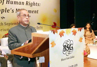 インド・ニューデリーで行われたシンポジウム。ムカジー前大統領が池田先生の提言を通しながら創価の理念への共感を語った