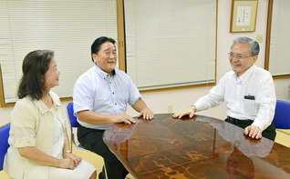 近藤豊嗣さん㊥・時子さん夫妻を激励する原田会長。共に勤行・唱題し、一家のますますの健康と幸福を祈念した(東京・江東区内で)