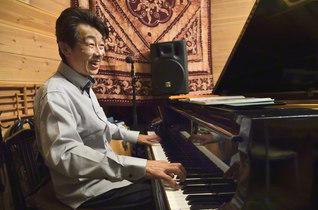 ためらいなく、大胆に。田口さんの十本の指が鍵盤を躍ると、自在なジャズが響く。セッションになれば、その表情は一層和らぐ(千葉県富津市のCafe Gallery Lavandulaで)