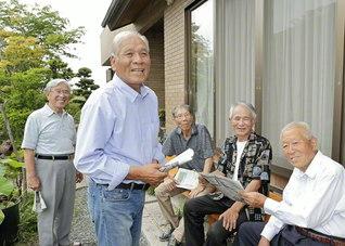 大橋さん(左から2人目)の周囲には、和やかな語らいの輪が(7月17日、浜松市内で)