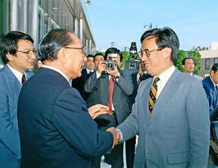 中国の王蒙文化相(当時)を池田先生が歓迎(1987年4月、東京・信濃町の聖教新聞本社で)。日中の未来や教育の重要性など、さまざまなテーマを巡り語り合った