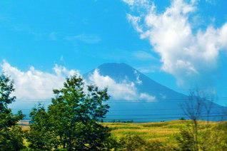 風は野を渡り、天空に雲は湧く。季節は移り変われど、今日も王者の富士は堂々と(池田先生撮影。8月、山梨にて)