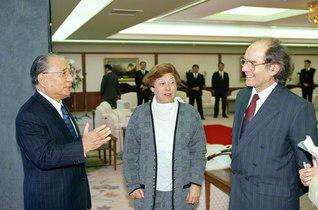 エスキベル博士夫妻と池田先生が語らう(1995年12月、東京で)。博士と先生は、「レジリエンス(困難を乗り越える力)」を体現する存在として世界の青年を触発する