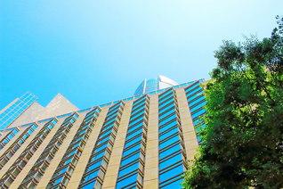 高層ビルの彼方には晴れ渡る青空――。「頭を上げよ!」「もっと上へ!」と励ましているかのよう(池田先生撮影。今月13日、東京・港区内で)