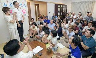 岡山・西富井地区の座談会が朗らかに。毎回、広布史のクイズコーナーを行い、楽しく学びながら、新会員をはじめとする人材の育成に力を注いでいる