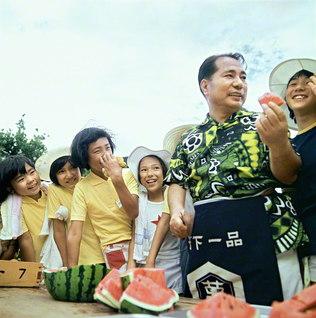 夏の研修会に参加した少年少女部の友に、スイカをふるまう池田先生。さわやかな夏空のもと、笑顔の花が咲きました。先生は今も変わらず、みなさんの成長を見守り、エールを送り続けています(1972年8月、静岡で)