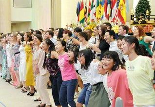 9月23日に結成記念日を迎える少年少女部が、世界広布新時代を走る欧州の青年部と(先日の本部幹部会)。未来を担う宝の友に、思い出に残る広布の歴史がまた一つ