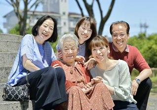 お気に入りのワンピースを着て近くの公園へ(右から長男・誠也さん、孫・恵子さん、孫・朋子さん、セイ子さん、長男の妻・生恵さん)