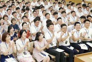 韓国青年部誓願研修会で来日した韓国SGIの友が教学研修会に参加。メンバーは日々、「心の財」を積む実践に励む(先月5日、東京・新宿区の創価文化センター内の金舞会館で)