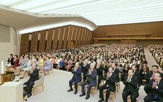 原田会長を中心に、厳粛に執り行われた創立記念の誓願勤行会。広宣流布に殉じた牧口先生の遺徳をしのび、創価三代の師弟の大闘争に連なる実践を約し合った(広宣流布大誓堂で)