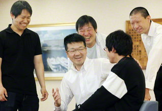 男子部の友と語らう藤田さん(中央)。昨年まで県の未来部長を務め、現在は男子部大学校の団長として励ましを送る